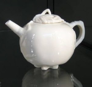 Dehua teapot with leafy branches in relief, from the British Museum's collection (photo by Elise Nuding, all rights reserved)